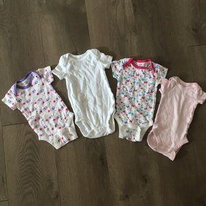4 girl shortsleeved onesies NB / 0-3 months